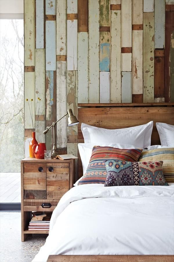 Pallet bed wall